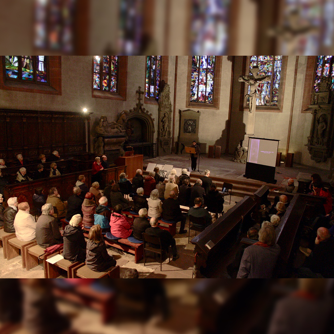 Bild vom Vortrag zum Kreuz am 28.11., Publikum und Referent