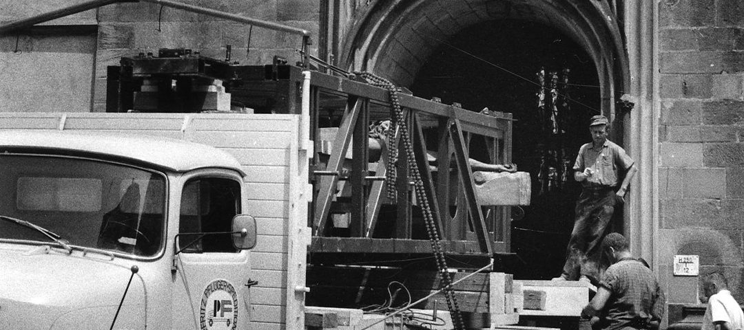 Wussten Sie schon, wie das Kruzifix an seinen Platz in der Stiftskirche kam? LKW mit Kruzifix auf der Ladefläche